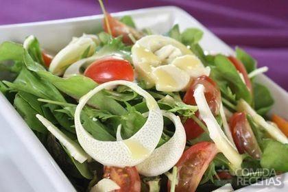 Receita de Mix de folhas verdes com tomate cereja e vinagrete de abobrinha em receitas de saladas, veja essa e outras receitas aqui!