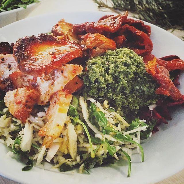 CHICKEN PESTO LUNCH SALAD AT @jos_halsocafe 😍⭐️ det bästa lunchställe jag hittat i stan! Grymt goda sallader och mycket mat för pengarna - blir lika proppmätt varje gång 😂 Salladen jag plockade ihop idag: ✅ Blandade dagens 3 baser (en vitkålsröra, zucchinisallad med pumpafrön och sesamolja, och en sallad på rödbetor m.m) ✅ Pesto ✅ Paprikamarinerad kyckling ✅ Soltorkade tomater ✅ Senap- och honungsvinaigrette  SÅÅÅÅÅ GOTT 😳👌🏻