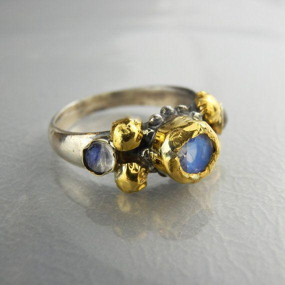 Moonstone anello, anello dargento oro solido 24k, alternativa anello di fidanzamento, Moonstone fidanzamento, 5mm Moonstone, antico stile anello  Un design unico anello di fidanzamento, presenta una banda di argento e gemme di pietra di luna limpostazione su entrambi i lati.  Al centro, si trova una pietra di luna arcobaleno genuino sulla lunetta in oro massiccio 24 carati. Loro è anche martellato intorno alla pietra preziosa pietra di luna e rende questo anello un pezzo vero e delizioso…
