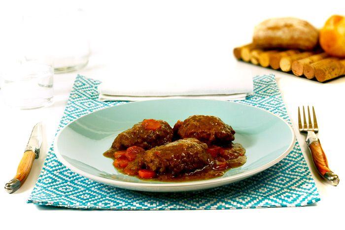 Cómo hacer carrilleras de cerdo al Oporto en Crock Pot o slow cooker. Receta paso a paso. Descubre esta y más recetas de carne en olla de cocción lenta.
