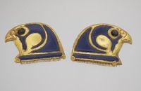 Colliers et perles  Paire de fermoirs séparateurs pour collier à rangées multiples, en têtes de faucon Basse époque ? or et verre H. : 5,30 cm. ; L. : 7,40 cm. ; Pr. : 1 cm.  egypt Site officiel du musée du Louvre