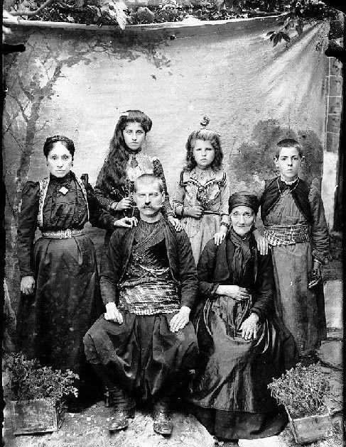 ''Λεωνίδας Παπάζογλου - Φωτογραφικά πορτρέτα από την Καστοριά και την περιοχή της, την περίοδο του Μακεδονικού Αγώνα, από τη συλλογή του Γιώργου Γκολομπία''