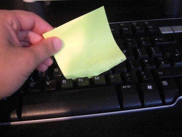 Comment nettoyer entre les touches du clavier d'ordi avec un post-it
