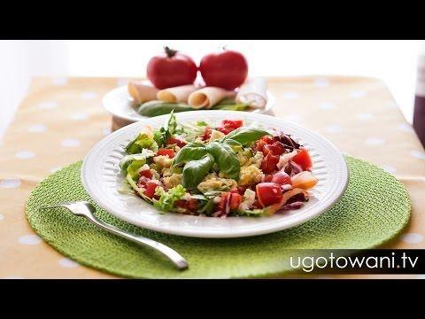 Pyszne i zdrowe śniadanie zawierające jajka - to jedna z wielu propozycji Ewy Chodakowskiej.  Składniki (dla 1 osoby): - kilka listków świeżej sałaty (dałam mix sałat) - 3 kawałki świeżego pomidora - 3 kawałki ogórka (pominęłam) - jajka (1 żółtko, 4 białka) - sok z cytryny lub ocet balsamiczny albo jabłkowy - oliwa z oliwek - sól, pieprz