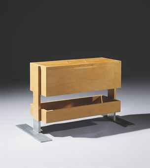 Robert MALLET-STEVENS (1886-1945) Travailleuse de boudoir, 1929-1932. En placage de sycomore, de forme rectangulaire, le corps supérieur ouvrant par 2 portes latérales centrées d'un abattant sur le dessus, découvrant un intérieur en acajou aménagé de deux compartiments amovibles au centre et flanqué de 2 casiers, surmontant un casier rectangulaire en décroché, reposant sur un double piètement latéral débordant en aluminium. (hva)