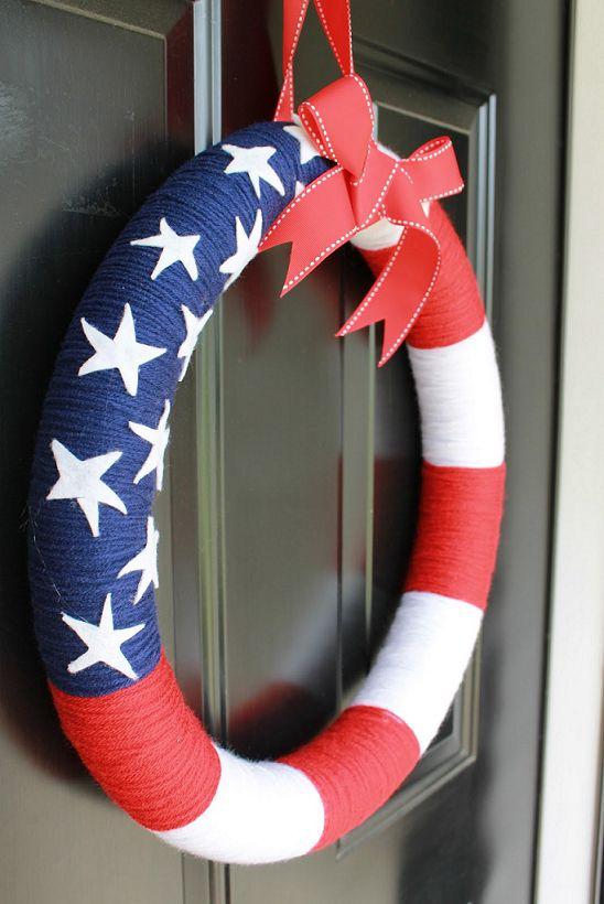 #Patriotic Yarn Wreath - #DIY Independence Day #Craft