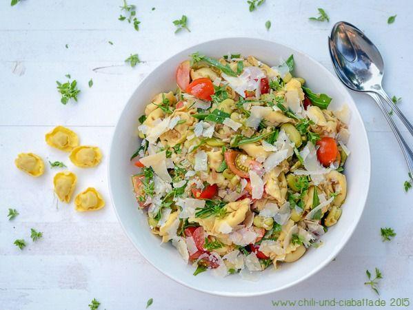 Tortellini-Salat mit Tomaten und Rucola