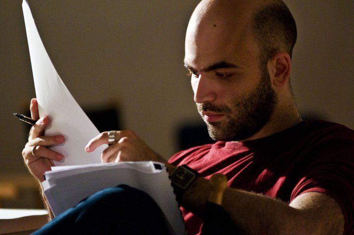 Roberto+Saviano+napjaink+legnépszerűbb+olasz+közírója.+A+Gomorra+és+a+Zero+Zero+Zero+szerzője+minden+fontosabb+ügyben+megszólal+és+általában+nemigen+finomkodik+véleményével.+A+La+Stampa+ezúttal+a+közösségi+hálókhoz+való+viszonyáról+kérdezte. -Azon+kevés+írók+közé+tartozol,+akik,+ha+feltesznek+az…