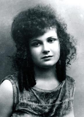 NEYYİRE NEYİR Türk sinemasının ilk kadın oyuncularından birisidir. Türk tiyatrosu ve tiyatrosunun öncülerinden Muhsin Ertuğrul'un eşidir.