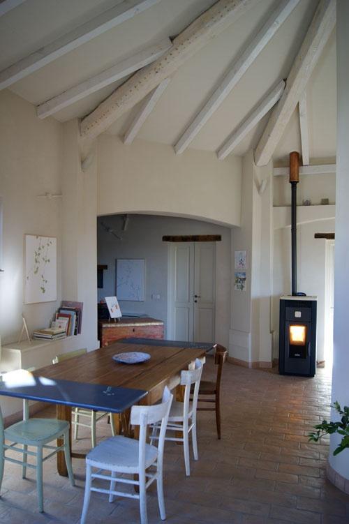 Qualcuno si domanderà come un ottagono possa trasformarsi da impianto caseario in casa d'artista: ecco la risposta di Silvia Molinari.