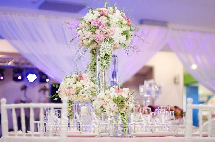 Decoratiuni florale deosebite si scaune chiavari albe IssaEvents 2017