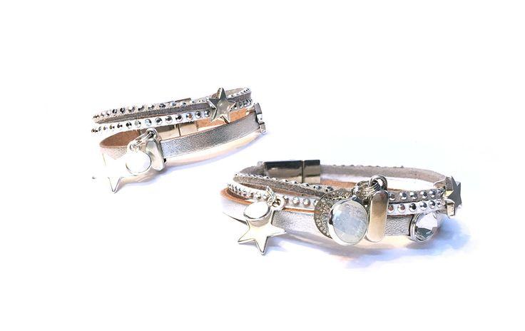 Beide Bling Bling, voor jou en dochter, nichtjes, vriendinnetjes. Unieke handgemaakte armband als set van twee in de kleuren wit en zilver en licht-grijs. Met een mooie schuivers voorzien van swarovski steentjes en zilveren bedels. De amband heeft een zilveren magneetsluiting.