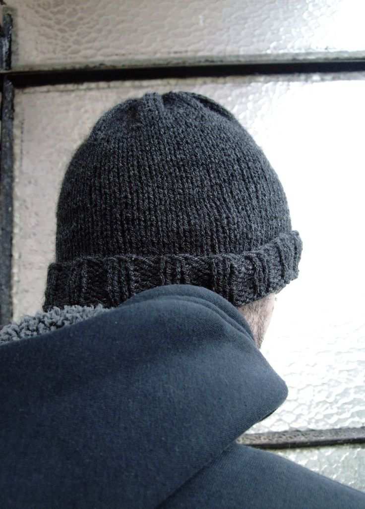 ¡Hola! Hoy voy a compartir con vosotros un sencillo patrón para hacer un gorro de lana para hombre. Es una buena manera de emp...