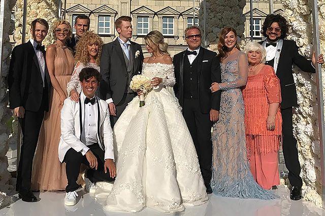 Поклонники Аллы Пугачевой считают, что она затмила красотой невесту внука: опубликовано видео со свадьбы | Новости в 'Час Пик'