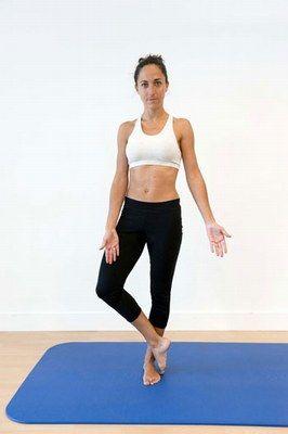 Exercice pour le périnée : équilibre - Périnée: exercices faciles pour muscler le périnée - © B. de Gasquet Debout, placez bien les pieds au sol puis croisez la cheville droite sur la cheville gauche, en laissant la pointe du pied au sol. Poussez en arrière...