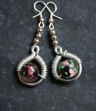 Boucles d'oreilles perles motif roses et aluminium : Boucles d'oreille par lesperlesdejade