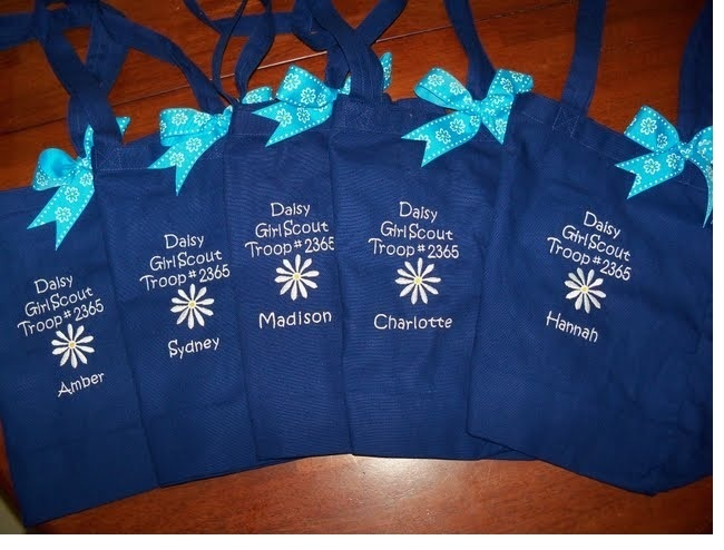 Daisy Girl Scout bags to bring to troop meetings and take your crafts home with important papers for the grownups!  What a cute functional idea!