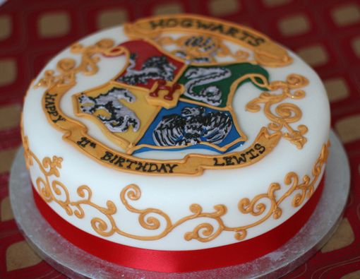 So cute hogwarts cak! Bats and bones | Looking at Harry Potter cakes for ideas for my 21st...