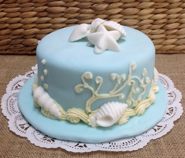 Vanilla cake with with white chocolate sea shells.