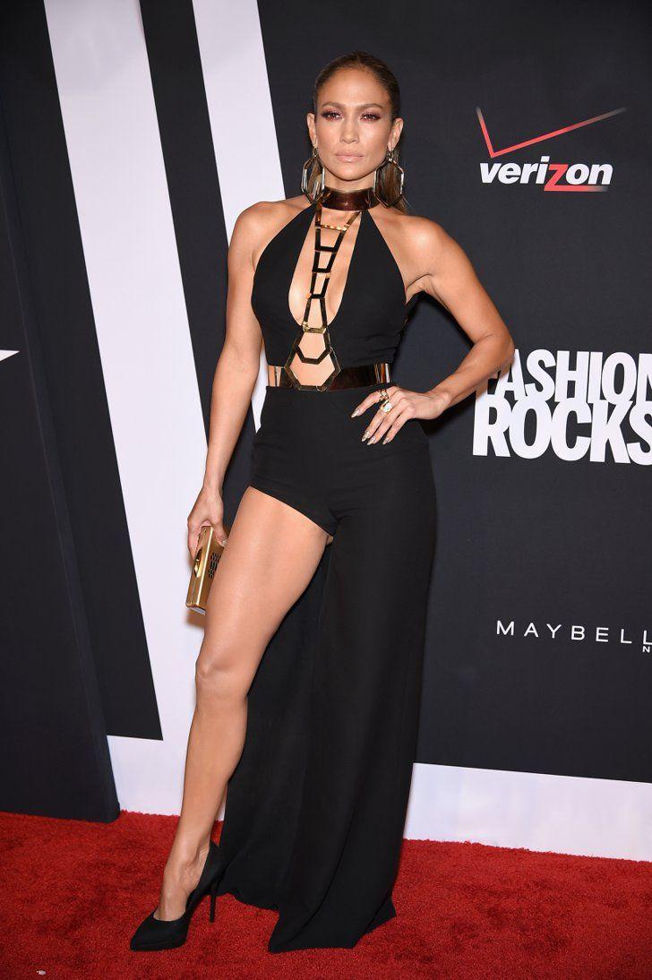 Pin for Later: Les 35 Looks Les Plus Sexys De L'année Jennifer Lopez Jennifer Lopez dans une robe Versace.