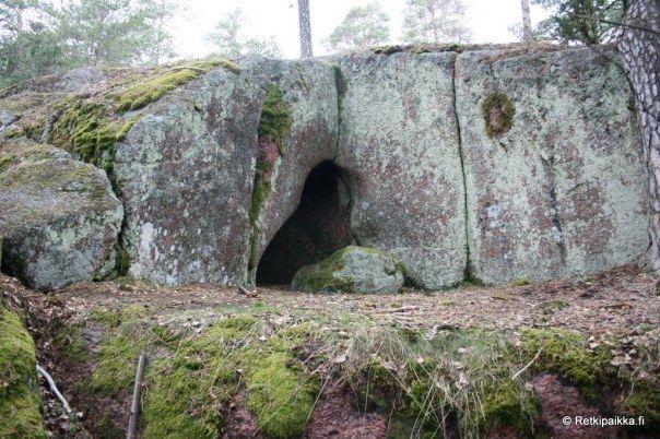HÖGBRGET - Virtauseroosioluola / Tide-erosion cave - Kirkkonummi, Southern Finland.  Retkipaikkageo:lat=60.1069621, geo:lon=24.48651524, geotagged, hiidenkirnu, jääkausi, Kirkkonummi, luola, mykistävä, Uusimaa, virtauseroosio, ZOOMORFINEN by Antti Huttunen I Retkipakka.fi