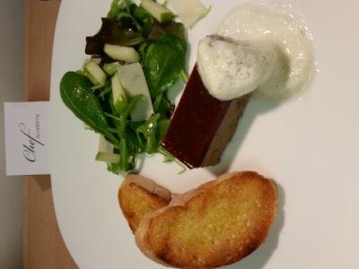 Parfait di fegato di pollo e gelatina di frutti di bosco con crostini all'olio aromatizzato e insalata di mela verde