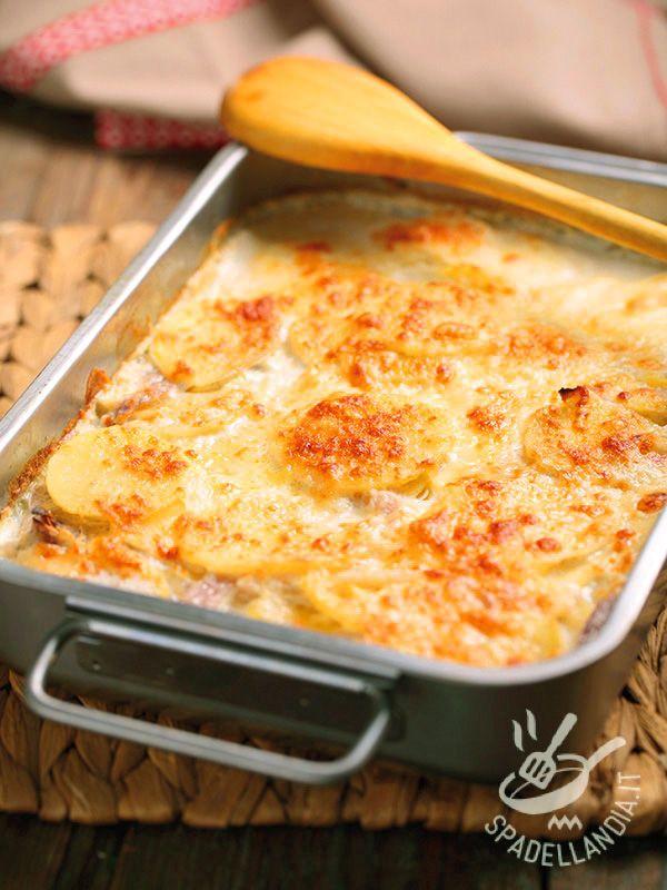 Gnocchi di semolino con prosciutto e gorgonzola: una preparazione davvero cremosa e ghiotta tanto facile da preparare quanto buona.