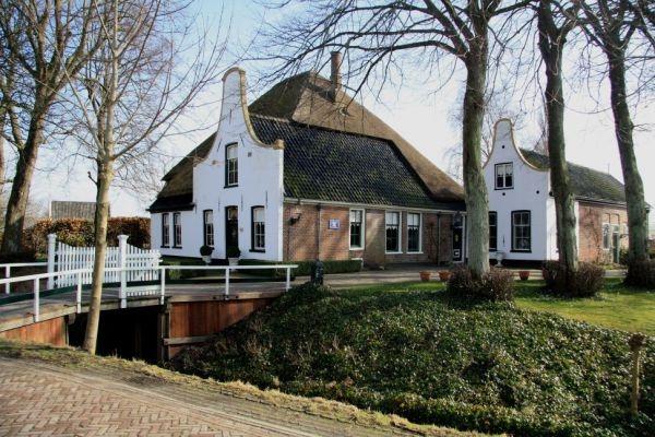 Langs de Dorpsweg in Twisk zijn ontzettend veel stolpen te zien. Bekijk ze met de fietsroute Het Rijke Land www.onh.nl
