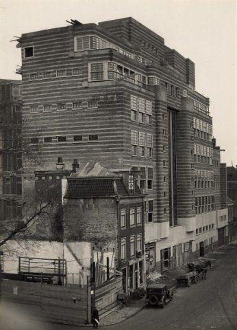 Gierstraat 3, de drogisterij van A.J. van der Pigge alsmede de bouw van Vroom en Dreesmann. Januari 1932.