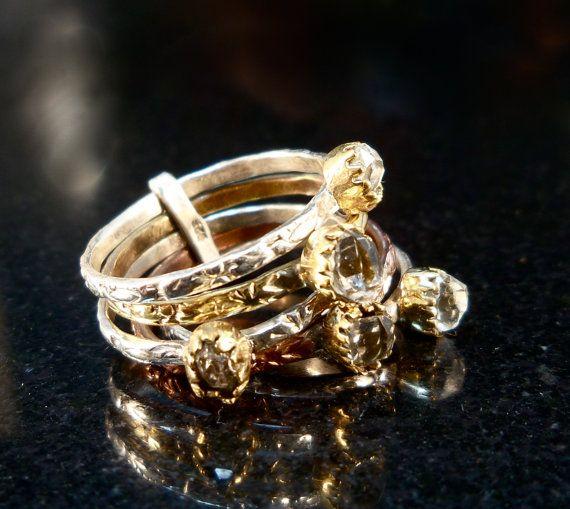 Sterling stapel ringen - drie-tone zeer getextureerde sterling zilver en ruwe diamanten stapel ringen - vrouwen, maat 7  Unieke boeket van 5 stapel ringen die u hoe ooit regelen kunt u alstublieft op uw vinger.  Bloem van geweven banden versierd met ruwe diamant cabochons ongeveer 0.21 inch meten door 0.18 inch, ingesteld in tulip vorm randen.  Drie-tone: Messing over sterling zilver, koper over zilver & gewoon sterling zilver.  Alle ringen worden bijeengehouden door een sterling zilveren…