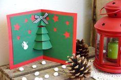 Une fois ouverte, cette jolie petite carte de vœux Pop-Up, laissera un superbe sapin de Noël déployer ses branches, non loin de quelques cadeaux bien emballés
