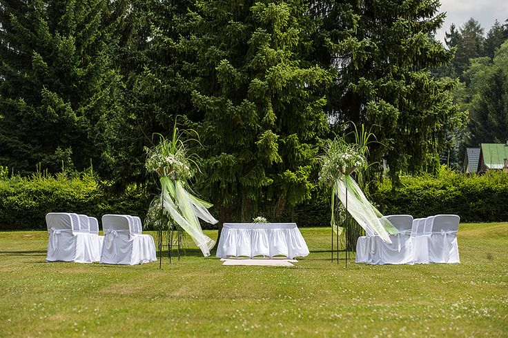 Venkovní obřad v hotelové zahradě