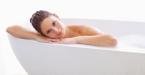 Kąpiele solankowe działają podobnie jak kąpiele morskie. Wywierają działanie na naczynia krwionośne, wyrównują nieprawidłowe reakcje autonomicznego układu nerwowego, działają przeciwbólowo, poprawiają sprawność stawów i mięśni, zmniejszają ciśnienie krwi. http://zdrowie-i-uroda.wieszjak.polki.pl/zdrowe-i-piekne-cialo/321557,Jak-przygotowac-kapiel-solankowa.html
