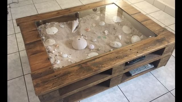 beachy keen pallet coffee display table table basse avec vitrine d 39 exposition pallet ideas. Black Bedroom Furniture Sets. Home Design Ideas