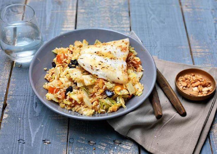Geurige rijst met pinda's, rozijnen en gebakken kabeljauw