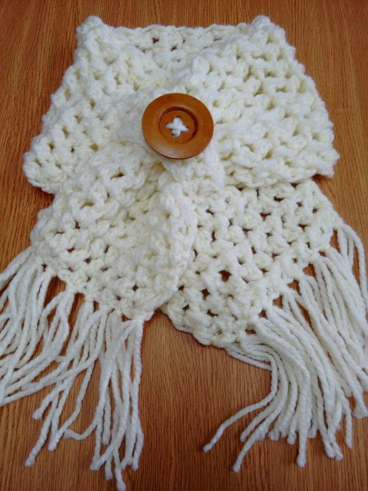 Cuello tejido a ganchillo color blanco invierno.