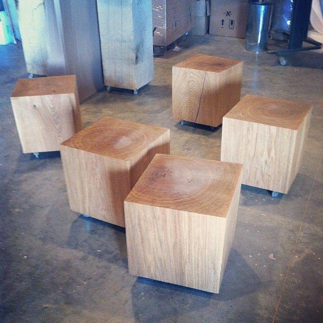 Een eiken kubus of een houten zuil is een natuurproduct. Geen 2 blokken zijn hetzelfde. Door de levendige variatie gaat een houten sokkel nooit vervelen. Gebruik de blokken op wielen als bijzettafel, of gegroepeerd als salontafel. Kijk op www.houtmerk.nl voor de mogelijkheden in grootte en afwerking.