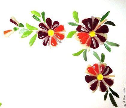 Купить или заказать Декор для интерьера 'Цветная радость' в интернет-магазине на Ярмарке Мастеров. Набор из трех цветов, бутонов и листиков. Декор сделан из цветного стекла в технике фьюзинг (спекание). Украшение для зеркала, стекла и любой гладкой поверхности.