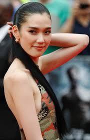 Tao Okamoto. Wolverine: inmortal. Tao Okamoto, conocida profesionalmente como Tao, es una modelo y actriz japonesa, que era el rostro de Ralph Lauren.