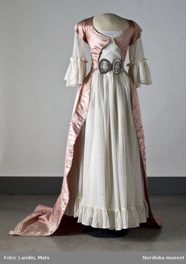 Dress a la Turque over chemise. ca.1789  (Klänning i rosa sidenaltlas. Nordiska museet inv.nr 183144. Digitalt Museum)
