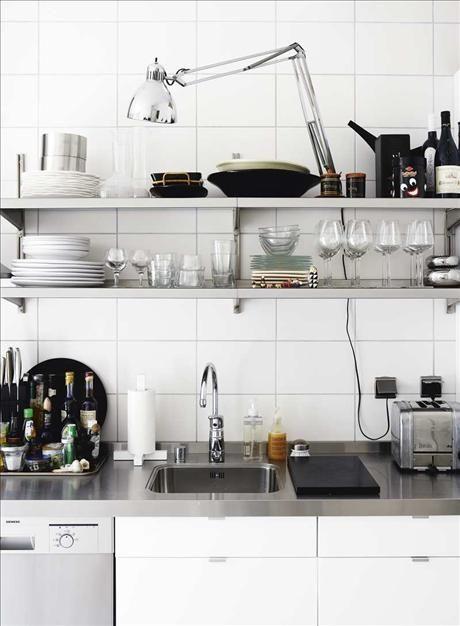 Med öppna hyllor i köket vinner man luft och åtkomlighet. De måttbeställda metallhyllorna från Hyllt...