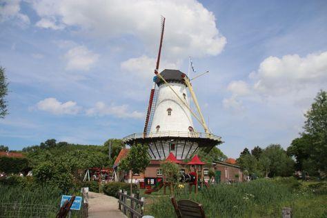 Wer gerne Pfannkuchen isst, der sollte sich dieses Restaurant merken!  In der beschaulichen Stadt Burgh Haamstede, Provinz Zeeland, gibt es eine alte Mühle und genau neben dieser Mühle ein Pfannkuchenhaus. Die alte, in sehr gutem Zustand befindliche Mühle wird auch noch genutzt, um das Mehl für die Pfannkuchen zu mahlen. Im angrenzenden Geschäft der Mühle kann man auch Produkte aus eigener Herstellung kaufen, u.a. auch das Mehl, um selber zu Hause Pfannkuchen zu machen.  Die Pfannkuchen...