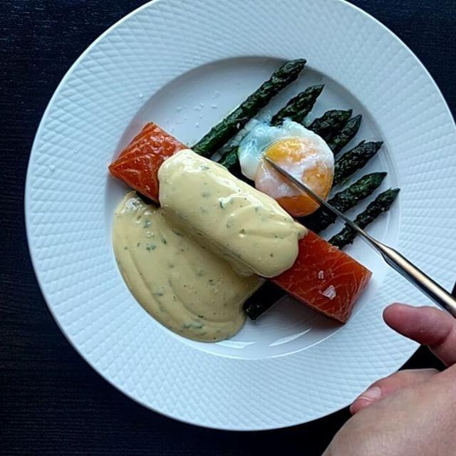 Dagens middag; kallrökt lax, sparris, pocherat ägg och magisk Hollandaisesås. Middag på 10 min   Recept på såsen och beskrivning på pocherade ägg finns i Direktlänk i profilen eller googla Tjockkocken+Eggs Benedict.