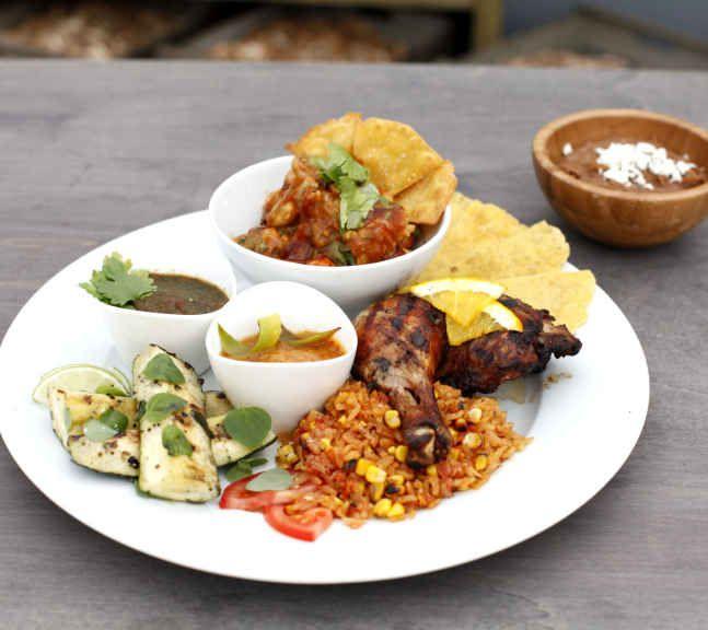 KYLLING PÅ MEKSIKANSK VIS: Blant tilbehøret til denne kyllingen var meksikansk ris og refried beans. Foto: TV 2