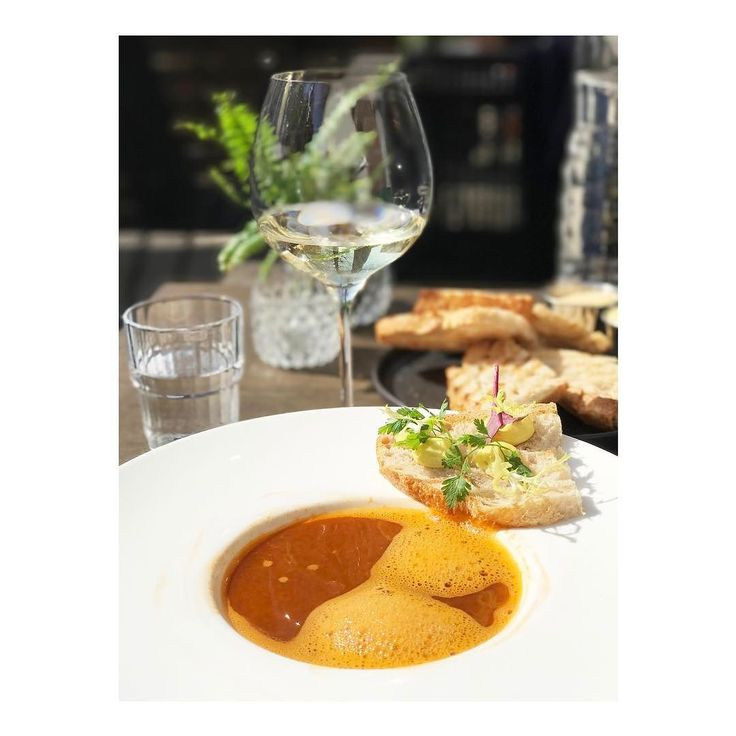 On Friday we lunch with lobster soup wine and sunshine while talking business and exploring my own neighborhood. Found myself a new favorite just around the corner  (they also serve bar bites and Leffe beer score!)