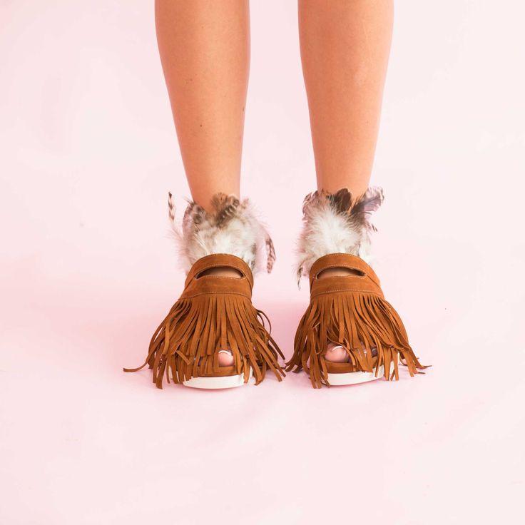 Sandalele de dama Mineli Phoenix Camel din piele întoarsă ornamentate cu pene și accesorii glamouroase,…