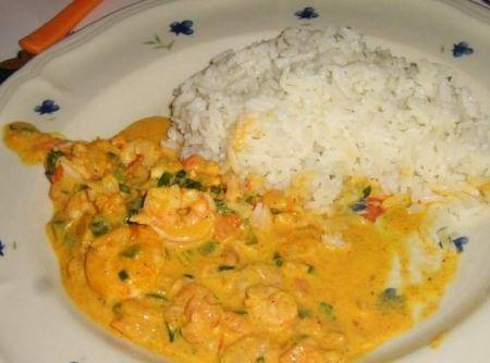 Receita de Camarão Cremoso - camarão no óleo, alho e sal, rapidinho tempo do camarão ficar rosado. Misture o amido de milho ao leite (reserve). Frite o alho, a cebola o...