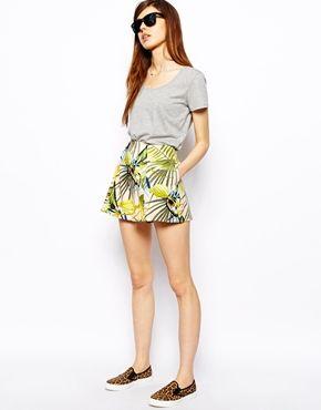 Imagen 1 de Pantalones cortos con estampado tropical de ASOS