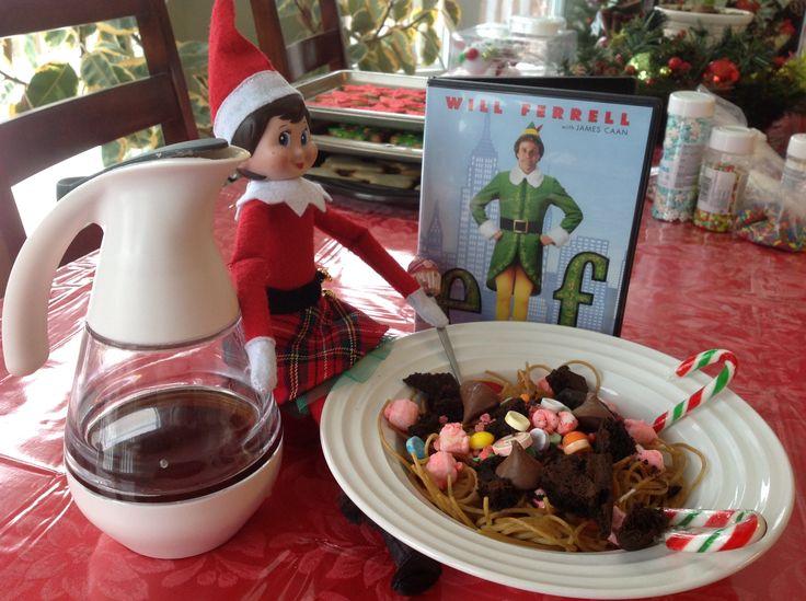 """23 décembre: Hier soir, la famille a écouté le film de Noël préféré d'Amélie, """"Elf"""". Buddy a donné une très bonne idée de collation à Flocon. Miam... des spaghettis avec du sucré!"""