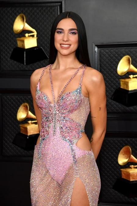 Arrasó en la alfombra roja, encendió el escenario y se llevó un galardón a casa, así fue la noche de Dua Lipa en los premios Grammy 2021 Sexy Outfits, Plus Tv, Versace Dress, Pink Lingerie, Butterfly Dress, Atelier Versace, Prom Dresses, Formal Dresses, Mariah Carey